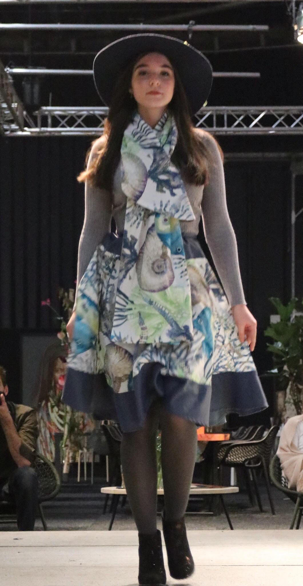 Model showt kleding op catwalk